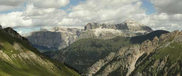 Skupina Sella s nejvyšším vrcholem Piz Boé (3152m). Červenec 2005.
