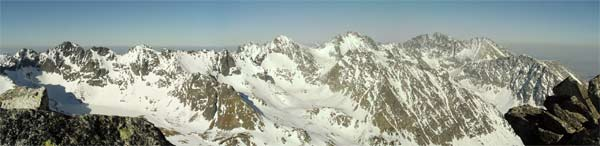 Rozhled z vrcholu Satana (2421m) na Vysoké Tatry. Duben 2005.